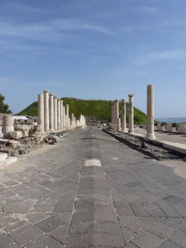 In Bet Shean läuft der Cardo direkt auf den Tell zu, am Fuße des Hügels kreuzt der Decumanus (Foto: Michael Hölscher)