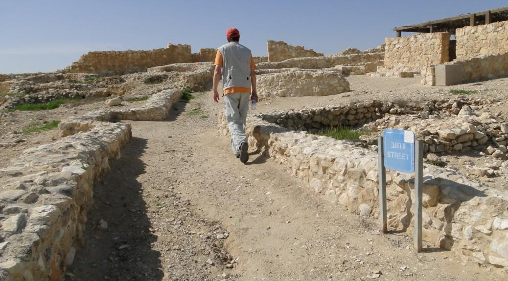 Straße und rekonstruiertes Haus in der frühbronzezeitlichen Siedlung in Arad (Foto: Thomas Hieke)