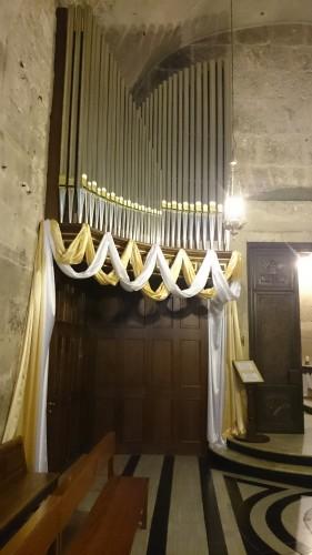Festlich geschmückt und trotzdem fremd im Raum: die neue Rieger-Orgel in der Anastasis  (Foto: Benedict Schöning)