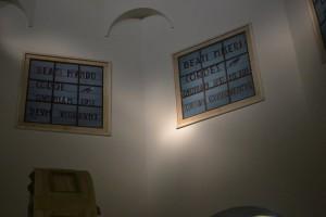 Auf den Fenstern in der Kirche auf dem Berg der Seligpreisungen sind dieselbigen zu lesen. (Foto: S. Burkard)