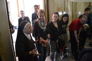 Eine Ordensschwester erklärte uns, dass Kirchen für alle - auch diejenigen, die zum ersten Mal beten - zu heiligen Orten werden können. (Foto: S. Burkard)