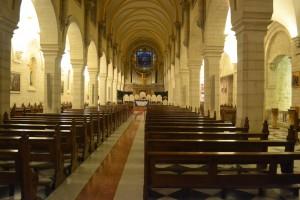 Noch sind die Bankreihen leer ... zum Gottesdienst war das Kirchenschiff aber gut gefüllt. (Foto: S. Burkard)