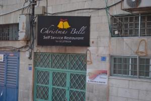 Nur eines von vielen Beispielen von der Weihnachtsvermarktung in Bethlehem. (Foto: S. Burkard)